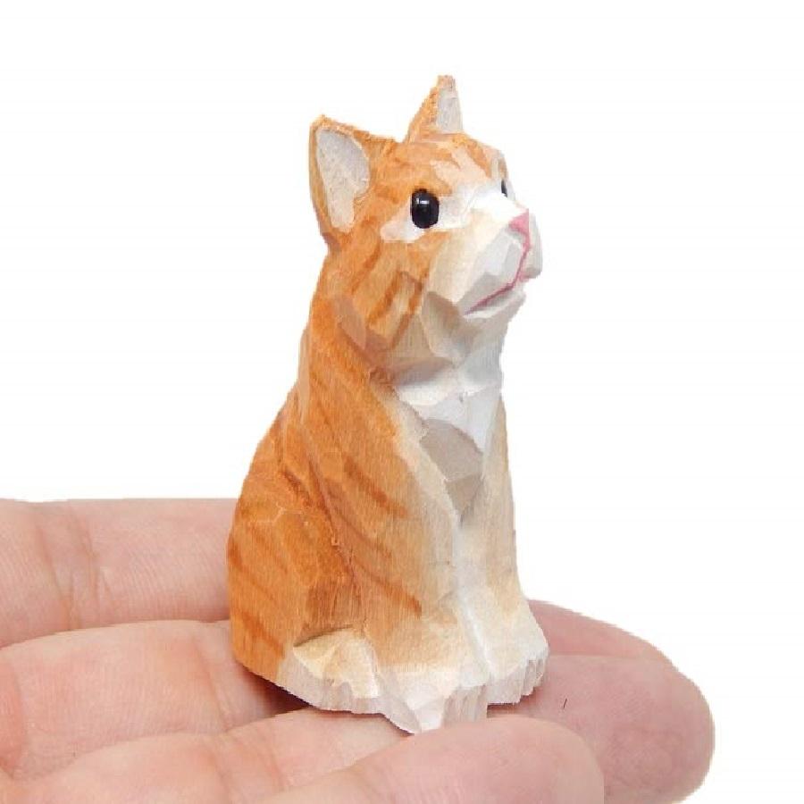 Pequeña imagen tallada de gatos en madera