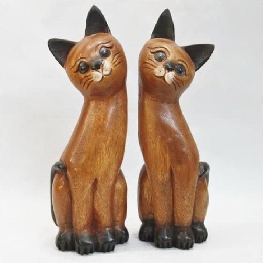 figuras de gatos tallados en madera
